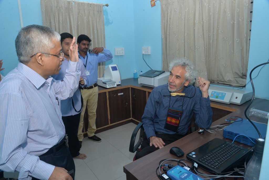 Prof. Kusal Das describing his stroke models to Prof. Dr. Gustavo Zubieta-Calleja at the Laboratory of Vascular Physiology and Medicine.